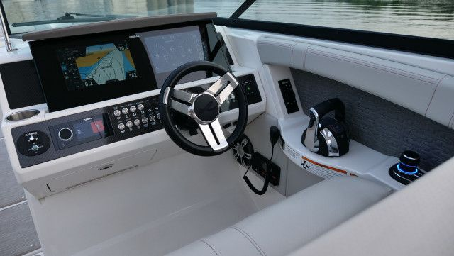 Sea Ray SLX series SLX 350 Outboard U.S.A.