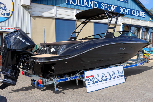 Sea Ray Bowrider 210 SPX Black Beauty Outboard (MY2020)